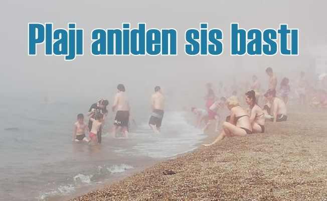 Ağustos'un ortasında plajı sis bastı, göz gözü görmez oldu