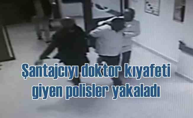 Hastanede tehditle para alırken doktor kıyafetli polislere yakalandı
