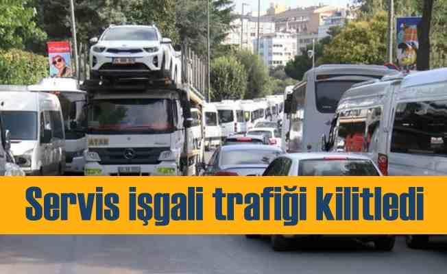 Servis araçları park ettikçe trafik kilitleniyor