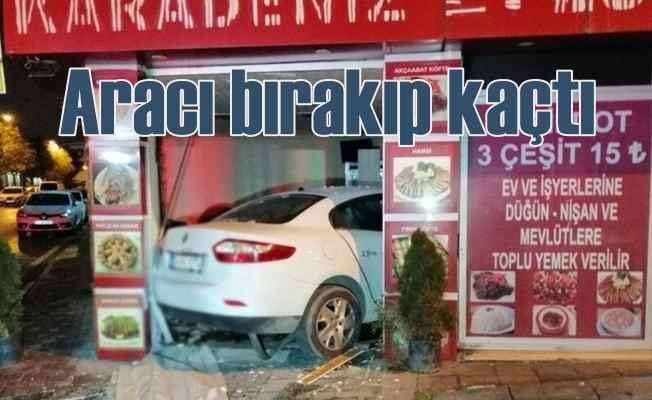 Kadıköy'de kaza, lokantaya daldı, aracını bırakıp kaçtı