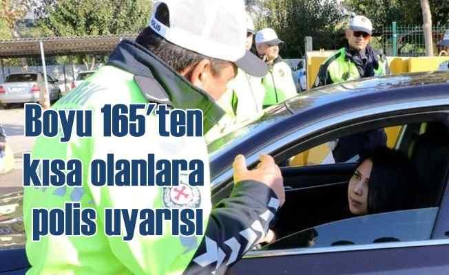 Trafik polisi boyu 1.65 olan sürücüleri durdurdu ve uyardı