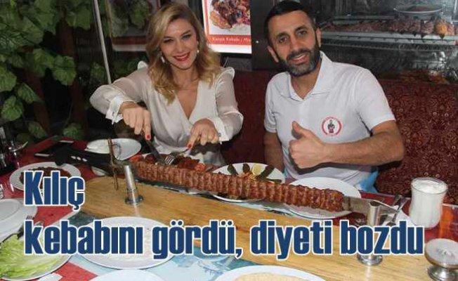 Şarkıcı Zeynep Mansur kılıç kebabıyla diyetini bozdu