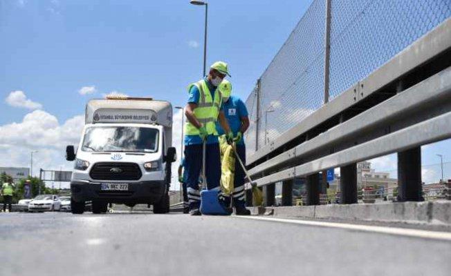D-100 Karayolu'nda temizlik   İBB ekipleri konlarca atık topladı