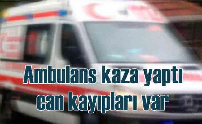 Ambulans ile otomobil çarpıştı, 3 ölü var