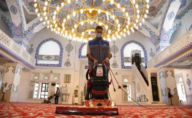 Kadıkiy'de camilerde Ramazan Ayı temizliği