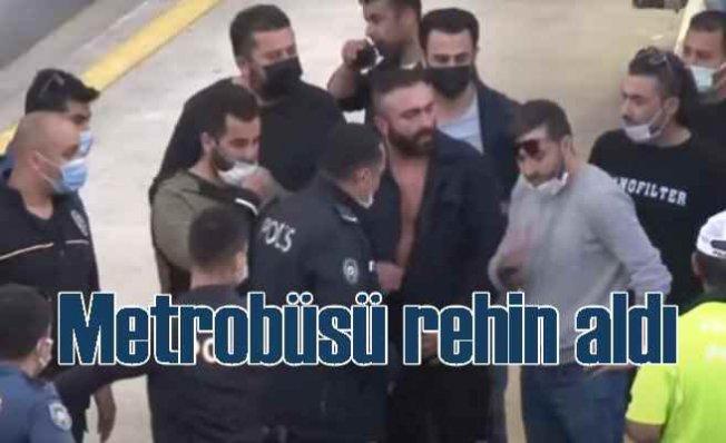 Metrobüsü bıçakla rehin alan saldırgan yakalandı