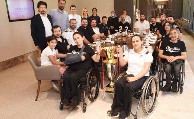 Türkiye 2'ncilik kupasını arkadaşlarına hediye ettiler