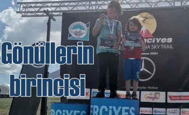 İki çocuk, 800 metre diye çıktıkları yarışmada 12 KM koştu