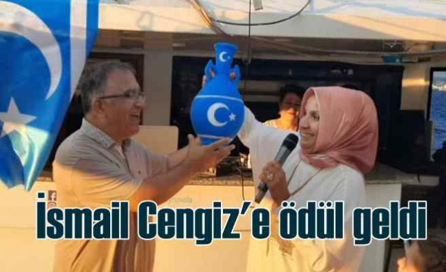 Türkmeneli kadınlarından İsmail Cengiz'e ödül