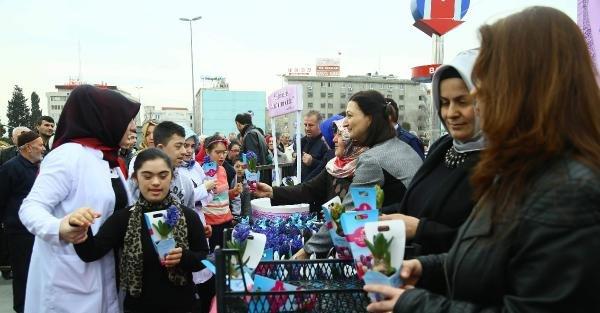 8 Mart Dünya Kadınlar Günü nedeniyle Bağcılar'da 14 bin sümbül dağıtıldı