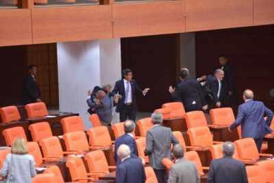 Meclis'te önce kavga ettiler sonra kınadılar