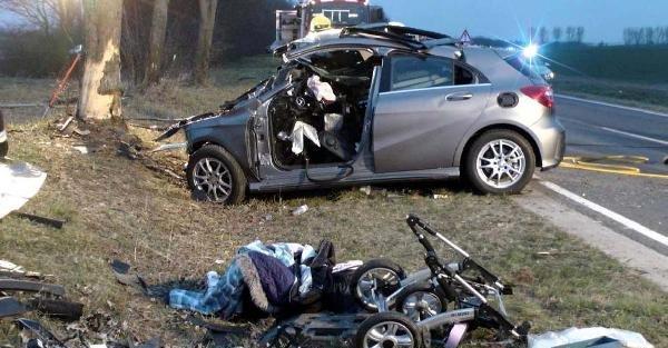 Almanya'daki kazada 2 kişi öldü, arka koltuktaki bebek yara almadan kurtulduı