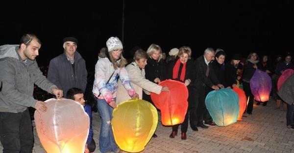 Artvin'de kadına şiddete karşı dilek feneri uçurdular