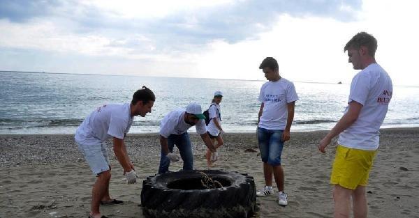 Avrupalı Öğrenciler Sahili Temizledi