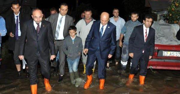 Bakan Işik,çizme Giyip Kartepe'de Sel Baskınına Uğrayan Mahalleleri Gezdi