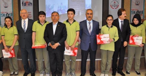 Bakanı Yılmaz öğrencilere tablet bilgisayar dağıttı