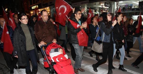 Balıkesir'de 2 Bin Kişi Cumhuriyet İçin Yürüdü