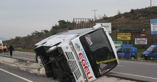 Bergama'da yolcu midibüsü devrildi: 1 ölü, 9 yaralı