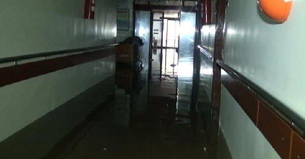 Birecik'te hastaneyi, Siverek'te evleri su bastı