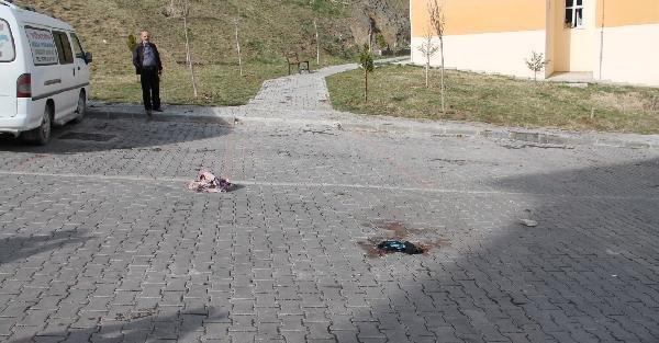 Boşandığı eşini sokak ortasında bacaklarından vurdu