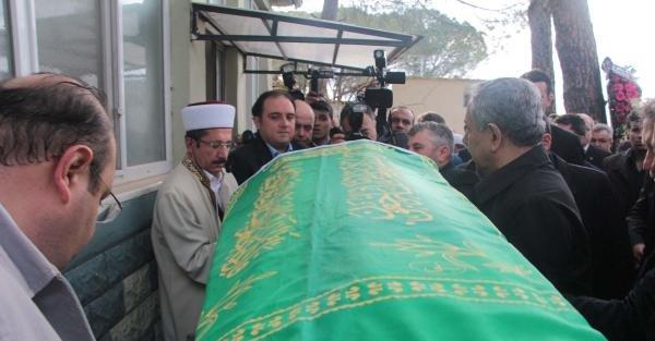 Bülent Arınç, yakınının cenazesi için Manisa'ya geldi (2)