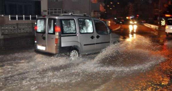Çanakkale'yi sel aldı: Sağanak yağmur ulaşımı vurdu