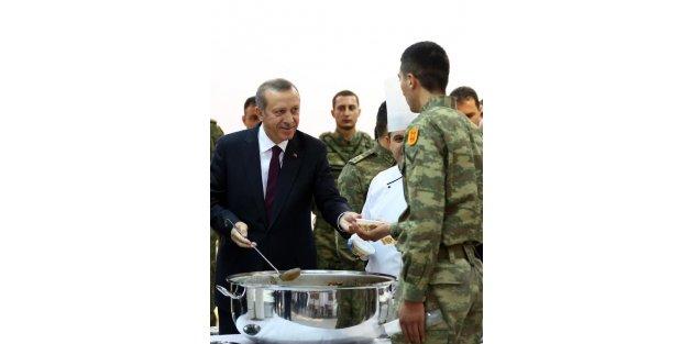 Cumhurbaşkanı Erdoğan, Muhafız Alayı'nı Ziyaret Edip Askerlere Aşure Dağıttı  / Ek Fotoğraflar