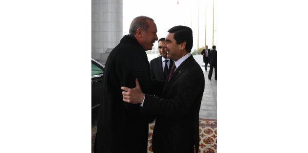 Cumhurbaşkanı Erdoğan, Türkmenistan'da Resmi Törenle Karşılandı