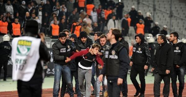 Derbi Maçta Sahaya Girmek İsteyen Taraftarı Polis Engelledi
