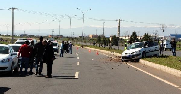 Diyarbakır'da polis aracı takla attı: 2 yaralı