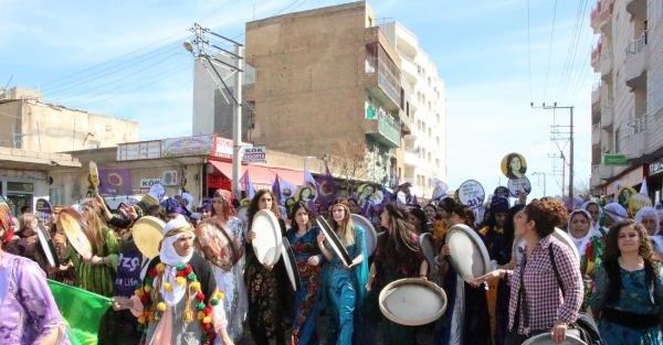 Dünya kadınları Suriye sınırında yürüdü