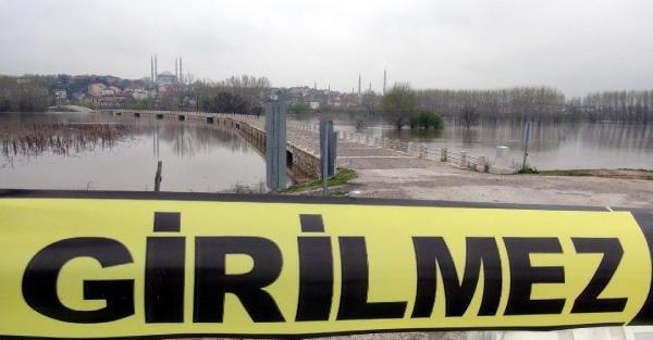 Edirne'de nehirler yükseldi, köprüler trafiğe kapandı
