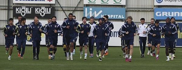 Fenerbahçe yönetiminden futbolculara derbi öncesi destek