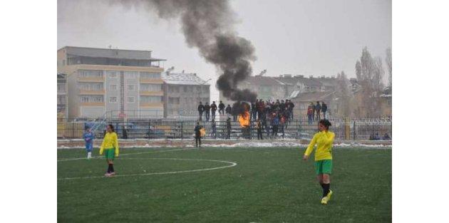 Futbolcu kızlar yedek kulübesinde ateş yakarak ısındı
