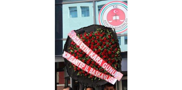 Gaziantep'te Chp'lilerden Adliyeye Karanfilli Siyah Çelenk