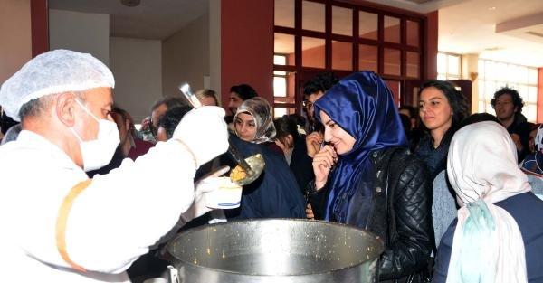 Gaziantep'te Öğrencilere Aşure Dağıtıldı