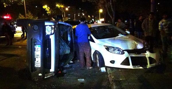 Hafif Ticari Araç Park Halindeki Otomobillere Çarpti: 2 Yaralı