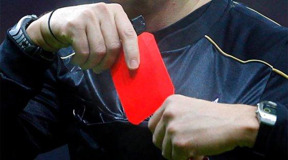 Hakem öfkelenince rekor kırtı: 15 kırmızı kart çıkardı