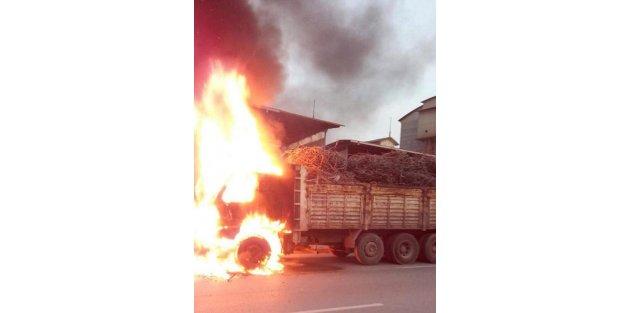Hurda yüklü kamyon alev topuna döndü