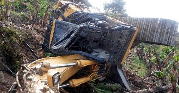 İş makinesi devrildi, sürücüsü öldü
