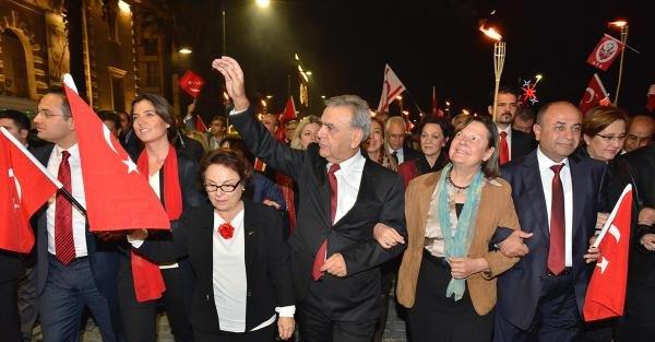 İzmir Cumhuriyet Meşalesi İle Aydınlandı