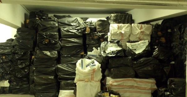 İzmir'de 105 bin paket kaçak sigara ele geçirildi