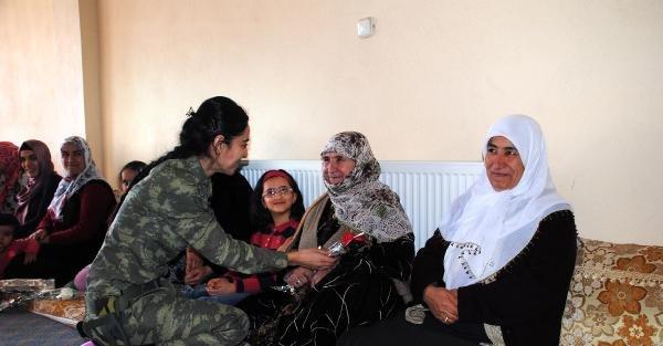 Kadın jandarmalar, köyde kadınların gününü kutladı