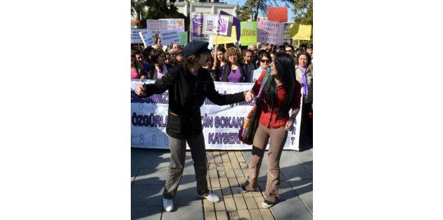 Kadına şiddeti eleştiren 'gelinlikli' yürüyüş