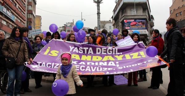 Kadına şiddeti tiyatro oyunuyla protesto ettiler (2)