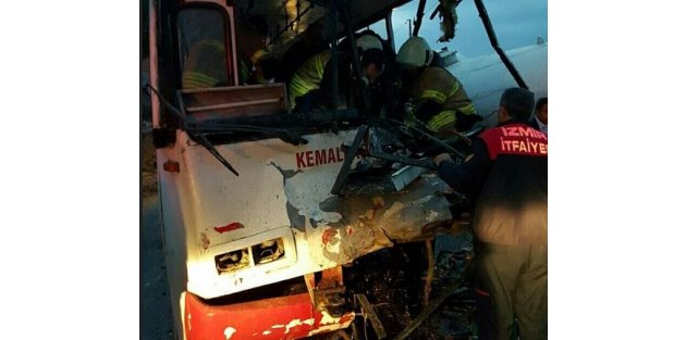 Kemalpaşa'da feci kaza, Servis otobüsü vidanjöre çarptı