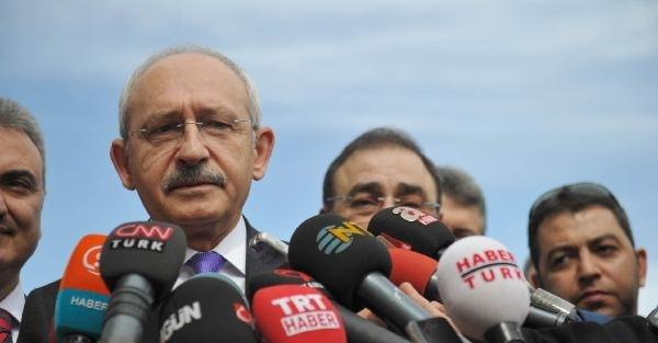 Kılıçdaroğlu, kadın basın mensuplarına karanfil verdi (1)