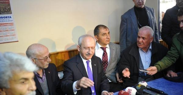 Kılıçdaroğlu, kadın basın mensuplarına karanfil verdi (4)