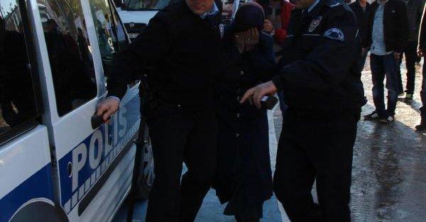 Kıyafetleri Pazar Çantasina Doldururken Yakalandı