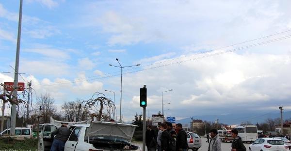 Komandoları taşıyan minibüs ile otomobil çarpıştı: 1 yaralı